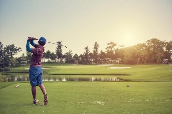 La imagen tiene un atributo ALT vacío; su nombre de archivo es golfer-playing-golf-at-sunrise-640x426.jpg